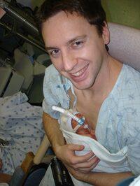 Un padre che tiene il proprio figlio prematuro in KMC [Fonte: http://jumelle.ca/fathers-and-partners/kangaroo-care-infants/].